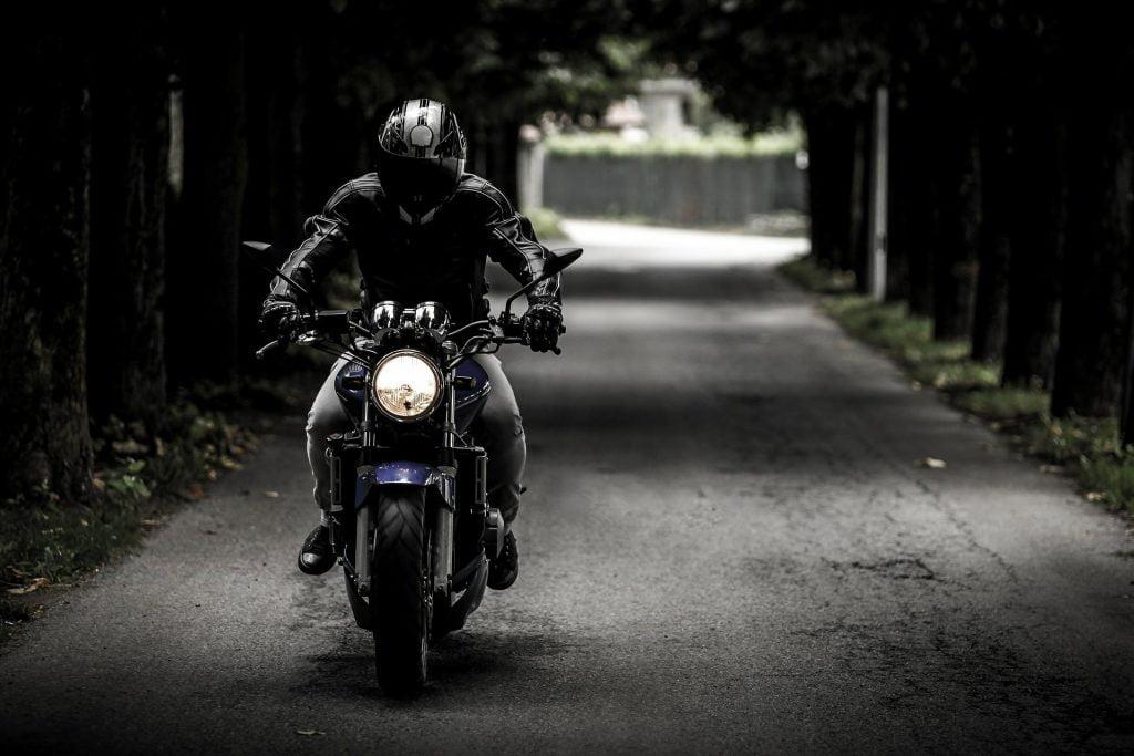 バイクに乗ってるバイカーの写真