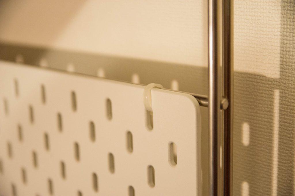 IKEAの有孔ボードを無印良品のユニットシェルフに設置する方法は結束バンドで結ぶだけ