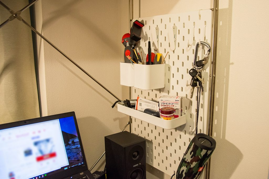 IKEAの有孔ボードを無印良品のユニットシェルフに設置してみた