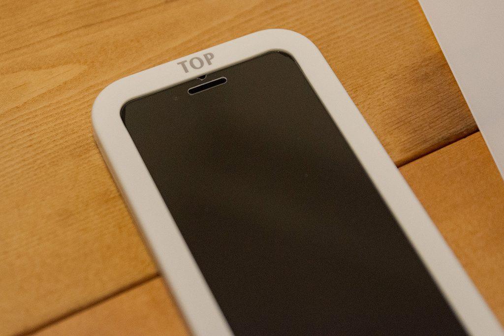 nimaso ガラスフィルム iPhoneSE(第2世代)用は枠付きだから簡単にキレイにガラスフィルムが貼れる!