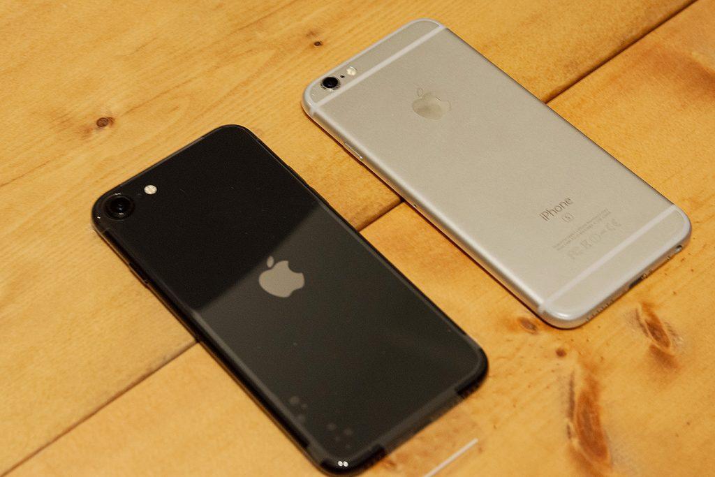iPhoneSE(第二世代)(左)とiPhone6s(右)