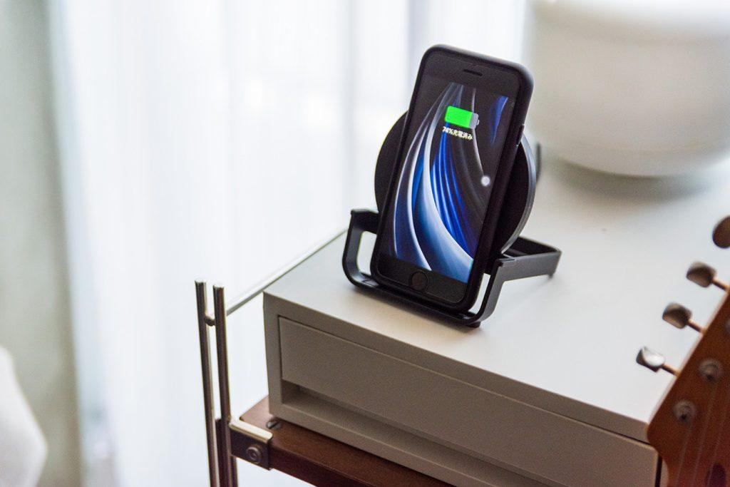 Belkinのワイヤレス充電器は部屋に馴染むシンプルなデザイン