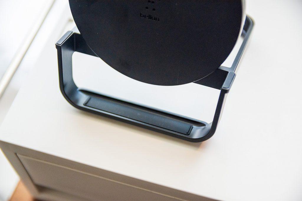 Belkinのワイヤレス充電器にはゴムっぽい滑り止めがついていて安心