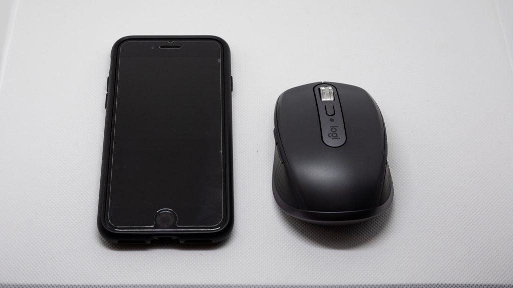iPhone SE2と比べてもこのくらいのサイズ感
