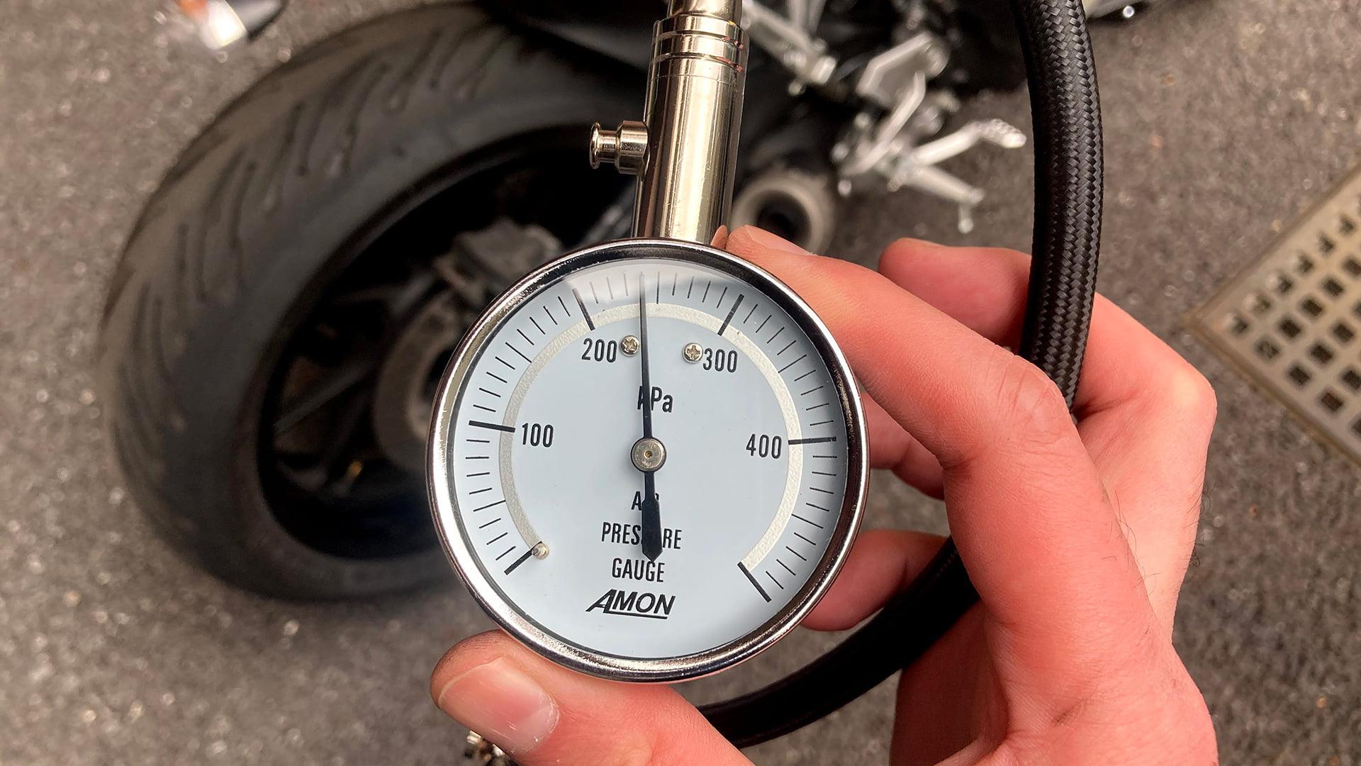バイクの空気圧は自分でチェックするのが一番効率イイ