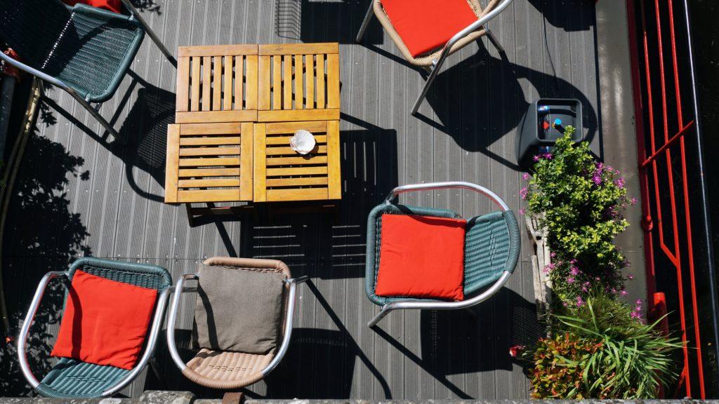 ガーデニングやカラフルな家具で簡単におしゃれになります Photo by <a rel=